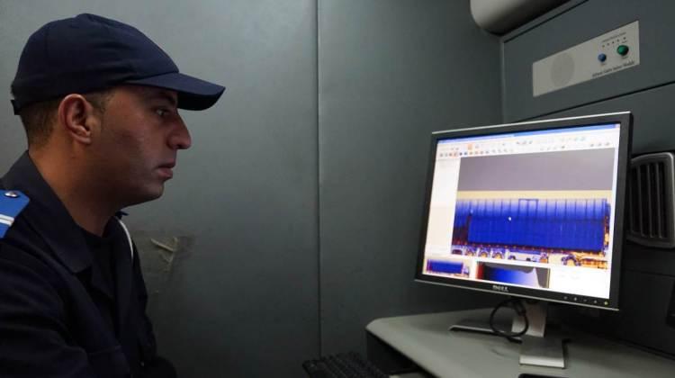 Poste frontière de Guerguerat / Bir Guendouz : Contrôle d'un camion dans un des deux scanners mobiles.
