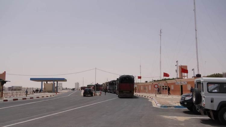 Poste frontière de Guerguerat / Bir Guendouz : File de camions se dirigant vers la Mauritanie.