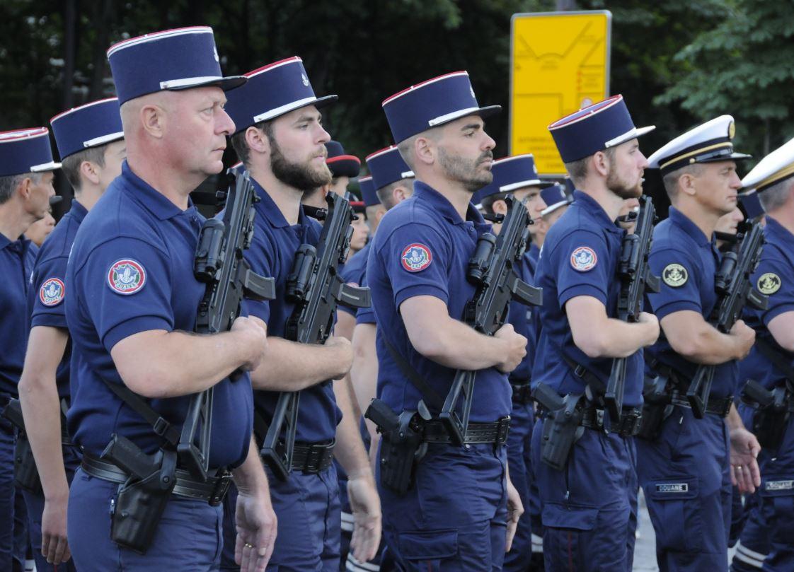Douaniers armés du HK UMP 9mm Parabellum. Crédit photo : Stéphane Gaudin.