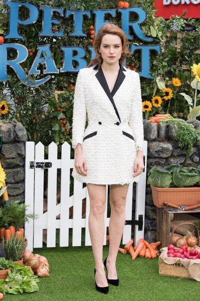 Daisy Ridley in Teresa Helbig e scarpe Christian Louboutin alla 'Peter Rabbit' Screening, London