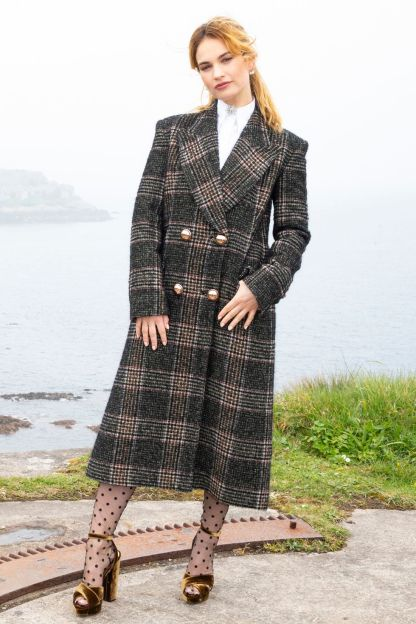 Lily James in Erdem alla The Guernsey Literary and Potato Peel Pie Society, Guernsey