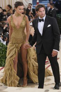 Irina Shayk in Versace e Bradley Cooper al Met Gala 2018