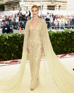 Rosie Huntington-Whteley in Ralph Lauren al Met Gala 2018