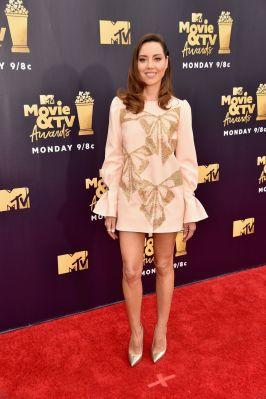 Aubrey Plaza in Elisabetta Franchi, scarpe Jimmy Choo agli MTV Movie & TV Awards 2018