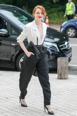 Emma Stone in Louis Vuitton ai LVMH Prize 2018