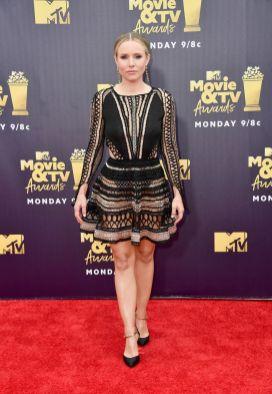Kristen Bell in julien Macdonald, Charlotte Olympia e orecchini Tiffany & Co. agli MTV Movie & TV Awards 2018