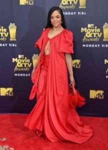 Tessa Thompson in Rosie Assoulin, sandali Stuart Weitzman agli MTV Movie & TV Awards 2018