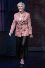 Glenn Close in Giorgio Armani al Late Night with Seth Meyers.