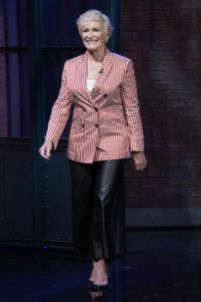 Glenn Close in Giorgio Armani al Late Night with Seth Meyers.