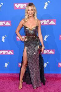 Karlie Kloss in Elie Saab, scarpe Giuseppe Zanotti, orecchini Wempe, bracciale Sanjay Kasliwal agli MTV VMA 2018