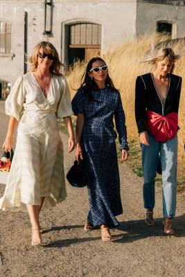 Lisa Aiken in Ganni, Chloe Loulou de Saison in Calvin Klein, e Linda Tol in Gucci alla Net-A-Porter X Social Zoo 'Fashion Family' dinner, Copenhagen