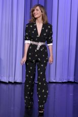 Rose Bryne in Rochas al The Tonight Show.