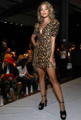 Jasmine Sanders in Moschino al Moschino show, Milano Fashion Week