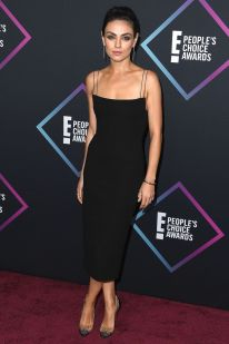 Mila Kunis in Alex Perry LBD e pumps Christian Louboutin ai People's Choice Awards