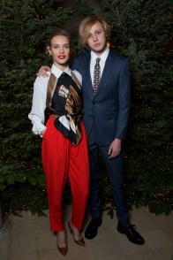 Natalia Vodianova and Lucas Alexander Portman, entrambi in Burberry, at an event hosted by Kristin Scott Thomas to celebrate Christmas in Paris
