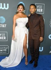 Chrissy Teigen e John Legend ai 2019 Critics' Choice Awards