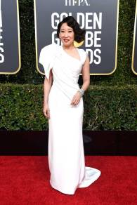 Sandra Oh in Versace ai Golden Globes 2019