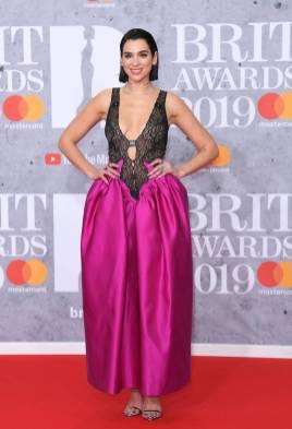 Dua Lipa in Christoper Kane e sandali Jimmy Choo ai Brit Awards, London