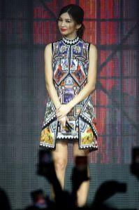 Gemma Chan in Mary Katrantzou al Captain Marvel press tour, Singapore