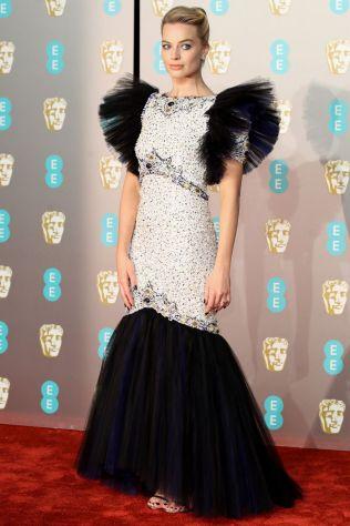 Margot Robbie in Chanel e sandali Jimmy Choo ai BAFTAs 2019, London