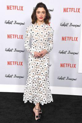 Natalia Dyer in Oscar de la Renta, pumps Christian Louboutin e gioielli Cartier alla premiere of Velvet Buzzsaw