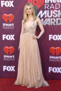 Elle Fanning in Miu Miu e gioielli Tiffany & Co. agli iHeartRadio Music Awards