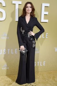 Anne Hathaway in Elie Saab all'Hollywood premiere of The Hustle.