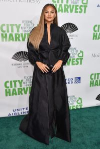 Chrissy Teigen in Azzi & Osta al City Harvest gala, New York.