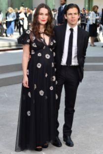 Keira Knightley e James Righton, entrambi in Chanel, al Chanel Cruise 2020 show, Paris