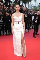 Selena Gomez in Louis Vuitton, gioielli Bulgari e scarpe Jimmy Choo ai Cannes Film Festival