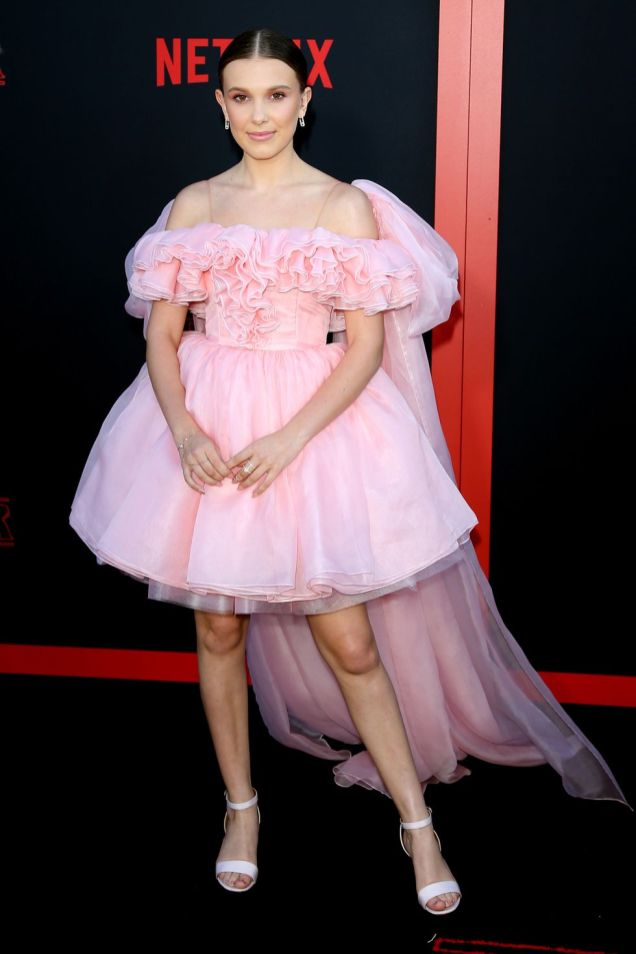Millie Bobby Brown in RodarteTabitha Simmons e gioielli Messika alla premiere of Stranger Things season 3, California.