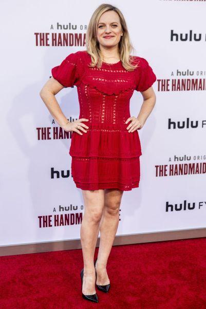 Elisabeth Moss in Self-Portrait e pumps Christian Louboutin alla season finale di Handmaid's Tale.