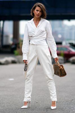 Georgia Fowler in camicia Jaquemus, pantaloni Alberta Ferretti e una borsa vintage Fendi, New York