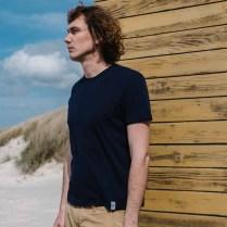 Rifò_t-shirt uomo blu indossata