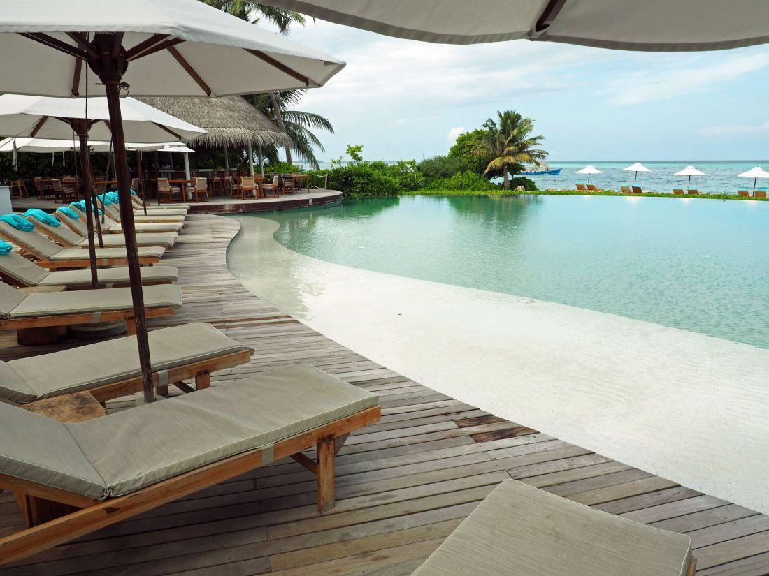 Veli Bar and Infinity Pool LUX Maldives