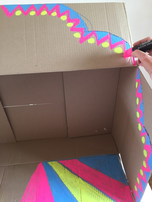 Paint your cardboard box to create the frame of your sustainable party craft fairground party game