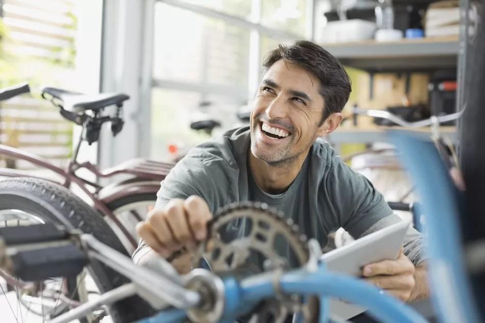 Trabalhador feliz em uma loja de bicicletas