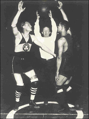 Jumpball ανάμεσα σε Joe Lapchick (Celtics) και Charles ''Tarzan'' Cooper (Rens)