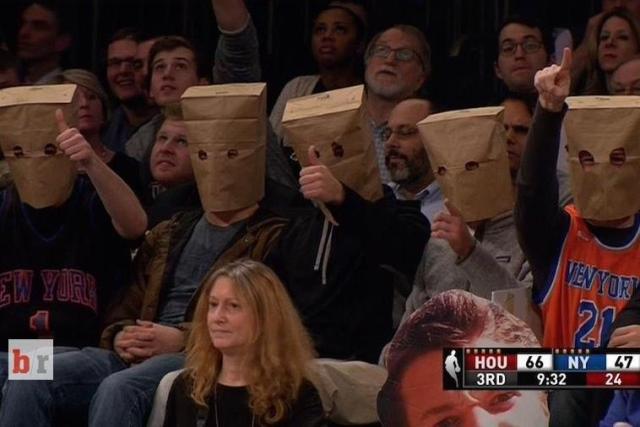 Οι οπαδοί των Knicks διαμαρτύρονται για την εικόνα της ομάδας τους.