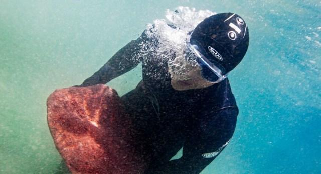 O Kyle Korver περνάει τις διακοπές του στην παραλία. Εδώ κουβαλώντας ένα βραχο 40 κιλών για 9 χιλιόμετρα στο βυθός της θάλασσας