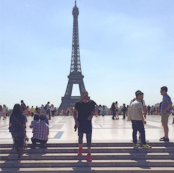 Προφητική εικόνα με τον Russ μόνο και έρημο στο Παρίσι