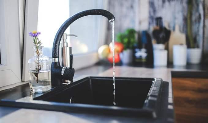 Grifo de agua que gotea arreglado