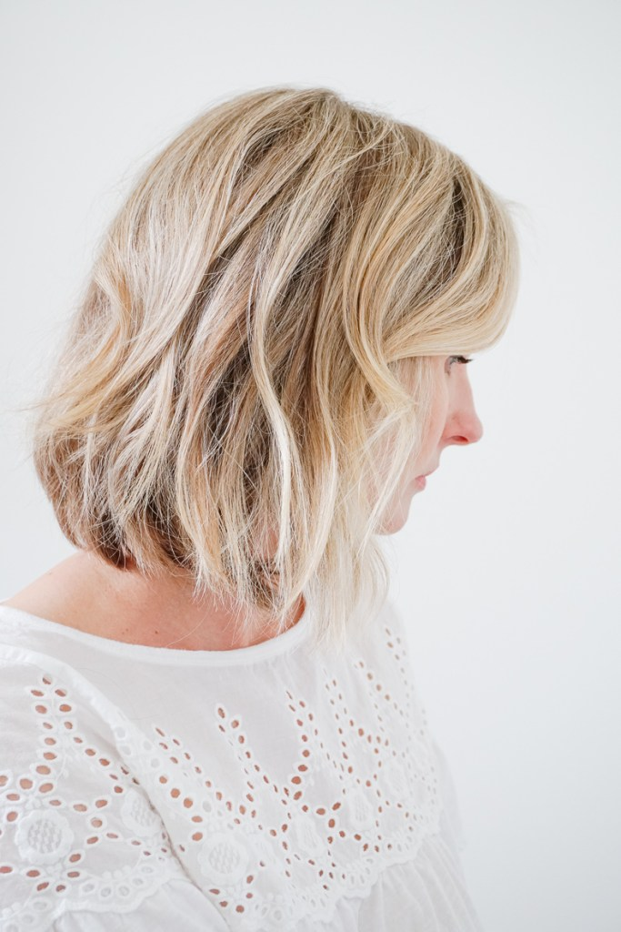 MESSY BEACH WAVES TUTORIAL   I am sharing an easy tutorial on how to get messy beach waves for short hair on the blog.  #beachwaves #hairtutorial