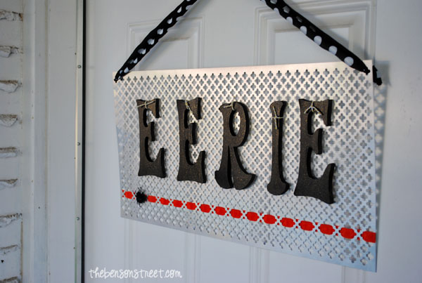 Easy Halloween Door Sign at thebensonstreet.com #doorsign #halloween