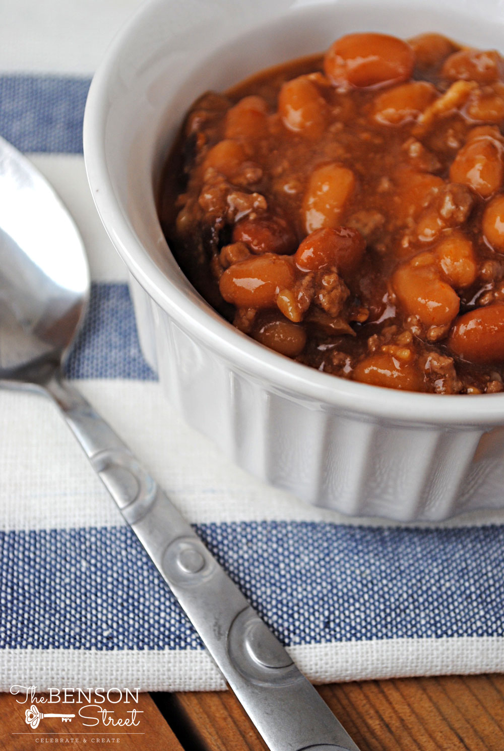 Simple and easy slow cooker baked beans recipe shared on thebensonstreet.com