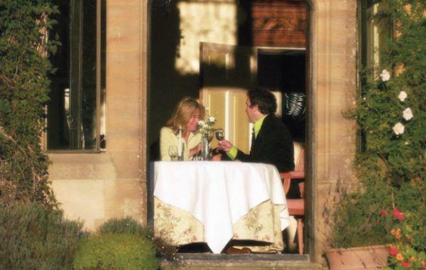 romantic-dining-at-combe-house-hollywood-glow