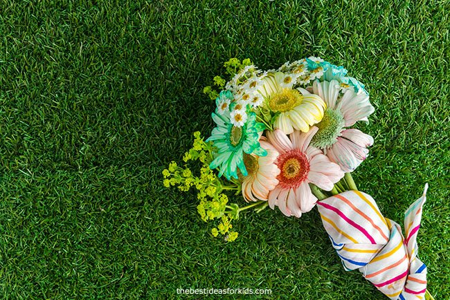 Make a flower bouquet with dyed flowers
