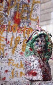 Jim_Morrison_Grave.jpg