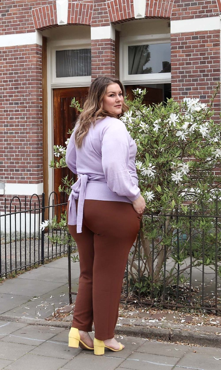 navabi, lost ink, Josine Wille, thebiggerblog, plussize fashion blog, fashion blogger, content creator, grote maten mode, 2020, pastel, burnt orange and lilac, kleuren die passen bij lila, lila en oranje, gele sandalen, lila trui, crepe broek, brick fashion color, fashion trends spring 2020, plussize fashion trends, lilac jumper plussize, grote maten Lila trui, trui maat 48, wikkeltrui grote maten, maat 48, maat 50, trui met linten, statement mouw, statment sleeves, bellow sleeve, spring 2020, lente 2020, color pop, body confidence, body positive, body neutral, primark sandalen, wide fit sandals, rosefield horloge, gouden horloge, betaalbare grote maten mode