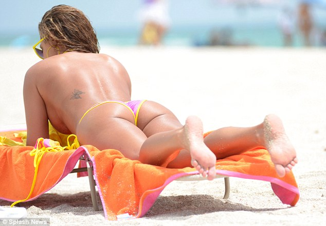 Jennifer-Nicole-Lee-thong-bikini